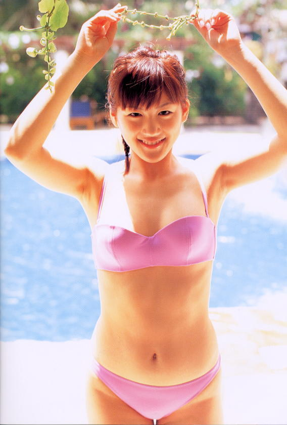 健康的な肌が日の光に照らされてにっこり笑顔の綾瀬はるか